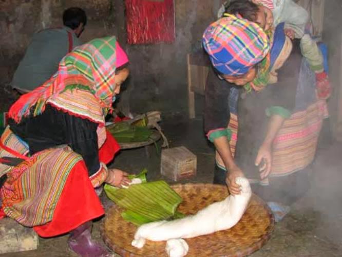 Người Mông làm bánh dày ăn Tết