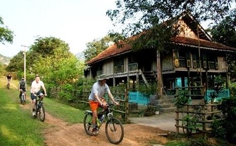Dạo quanh các bản làng và cảm nhận cuộc sống nơi đây